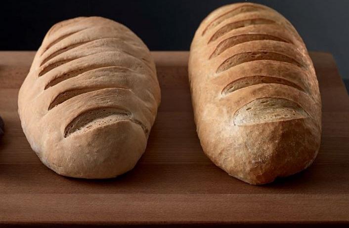 Слева - хлеб из обычной духовки, справа - паровой